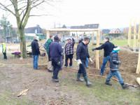 Spielgeräte an der Grundschule in Bakede aufgebaut